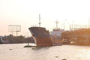 Đồng Nai: Người dân hoảng hồn khi thấy tàu thủy 'trôi tự do' đâm vào thành cầu Đồng Nai