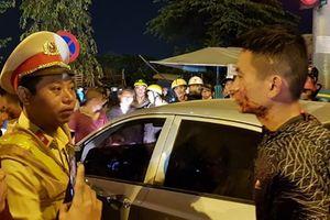 Đánh người, lái xe ô tô bị người dân vây hãm