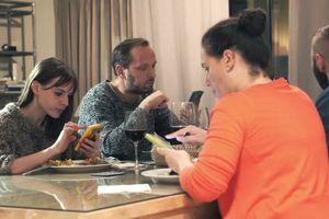 Con cái bất mãn vì cha mẹ dùng điện thoại trong bữa ăn gia đình