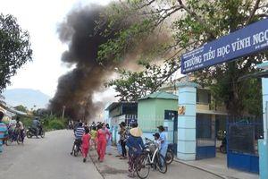 Khánh Hòa: Bãi phế liệu cháy dữ dội, học sinh phải nghỉ học