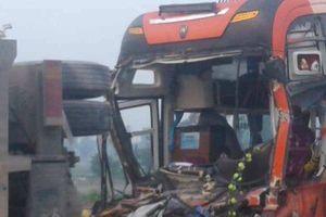 Xe khách chở hàng chục người bẹp rúm sau va chạm mạnh với xe tải