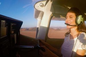Angelina Jolie thuần thục lái máy bay thăm thú sa mạc Namibia