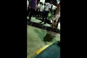 Trừng phạt kẻ hiếp dâm, người dân ném nghi phạm vào chuồng cá sấu