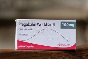 Nam thanh niên đồng tính sau khi uống thuốc giảm đau