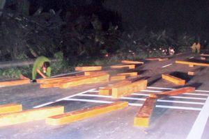 Nhóm chở gỗ lậu tông xe vào cảnh sát truy đuổi