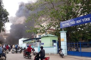 Hơn 500 học sinh phải nghỉ học vì cháy bãi phế liệu sát trường