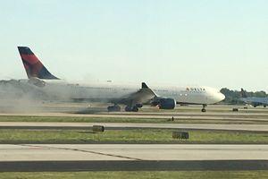 Động cơ bốc cháy, máy bay Mỹ hạ cánh khẩn cấp