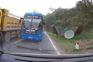 Clip: Khoảnh khắc ôtô con suýt đấu đầu xe khách trên đèo Thung Khe