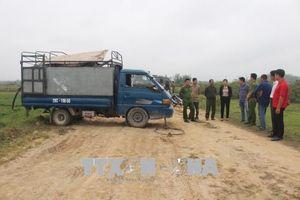 Bắt quả tang xả 2 nghìn lít chất thải lỏng hôi thối ra bờ ruộng lúa