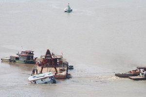 Trục vớt thành công sà lan bị đâm chìm dưới sông Sài Gòn