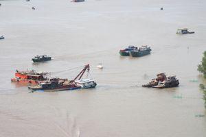 Trục vớt thành công sà lan bị đâm chìm trên sông Sài Gòn