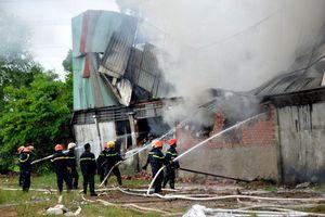 Cháy xưởng may, nhiều người hoảng hốt