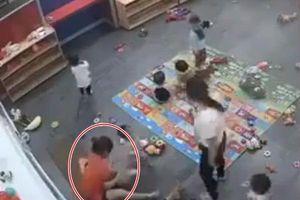 Nóng: Giáo viên mầm non thẳng tay dúi đầu học sinh xuống đất rồi đánh đập mặc kệ camera
