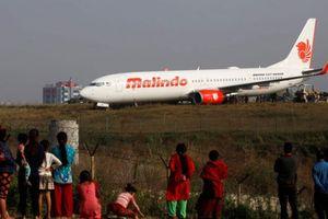 Máy bay chở 139 người trượt khỏi đường băng