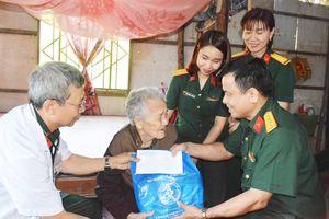 Khám bệnh, cấp thuốc miễn phí, tặng quà đối tượng chính sách huyện Tân Phú Đông