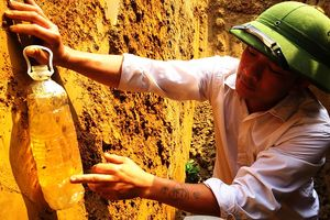 Vụ nước giếng 'hóa dầu' ở Hà Tĩnh: Dầu vẫn loang lổ trong lòng đất