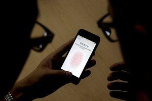 Thám tử đột kích nhà tang lễ lấy vân tay người chết để mở điện thoại?