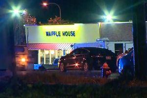 Tay súng khỏa thân nã đạn vào quán ăn, 7 người thương vong
