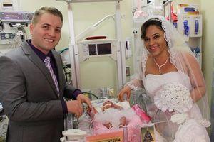 Tổ chức đám cưới trong bệnh viện ngay sau khi sinh con