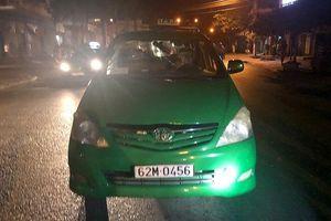 Truy bắt nhóm thanh niên chém khách, đập phá xe taxi