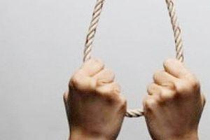 Uống thuốc tự tử bất thành, một trưởng phòng treo cổ tại nhà riêng