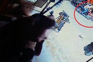 Clip: Tên cướp manh động giật dây chuyền giữa chợ lúc sáng sớm