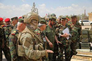 Tướng 'Hổ Syria' kiểm tra chiến lợi phẩm sau khi quân thánh chiến đầu hàng
