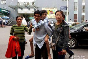 Học sinh bị gãy cột sống được nhà trường và gia đình đưa đi thăm khám