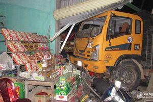 Xe tải lao vào quán bia, 2 vợ chồng nhập viện