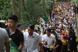 Trinh sát hóa trang vào dòng người tham gia Lễ hội Đền Hùng, đảm bảo an toàn cho du khách