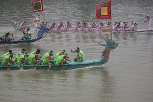 Bơi chải truyền thống trên sông Lô chào mừng Giỗ tổ Hùng Vương