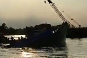 Chìm sà lan tải trọng 500 tấn trên sông Sài Gòn