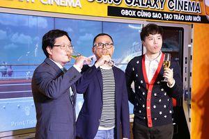 Trịnh Thăng Bình tạo dáng siêu ngầu khi mua vé xem phim cùng fan