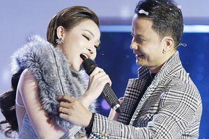 Giám khảo Vũ Quốc Việt lên sân khấu bất ngờ giữa phần thi, thí sinh không lúng túng mà còn... 'diễn sâu' hơn