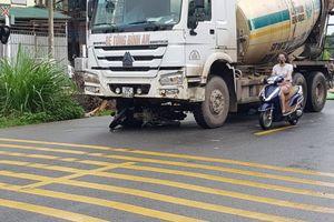 Xe máy va chạm xe bồn trong mưa, 2 người tử vong