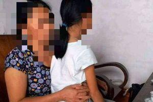 Quay cảnh cụ ông 70 tuổi 'làm trò mờ ám' với bé gái 11 tuổi