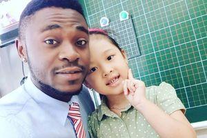 Chàng trai Nigeria siêu tiếng Việt, dạy tiếng Anh tại 9 trường học ở Việt Nam