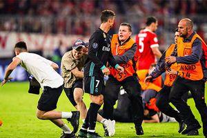 CĐV lao vào sân ôm Ronaldo sau trận thắng ngược của Real