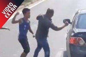 Hai thanh niên đánh nhau tới tấp trên đường Sài Gòn sau va chạm