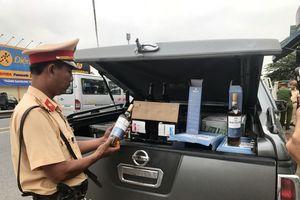 Dùng xe bán tải chở hàng trăm chai rượu lậu cao cấp vào Đà Nẵng tiêu thụ