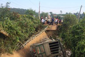 Ô tô tải 18 tấn gây sập cầu ở Lâm Đồng