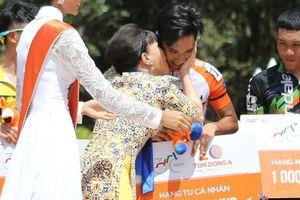 Nghệ sĩ Việt Hương hôn tay đua thắng chặng ngay Đất Mũi