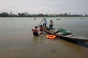 Hai bảo vệ bơi ra giữa sông cứu nam thanh niên nhảy cầu tự tử