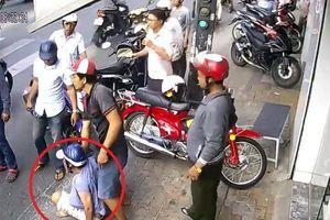 Clip: Dàn cảnh đụng xe cướp tiền, đôi nam nữ bị dân vây bắt
