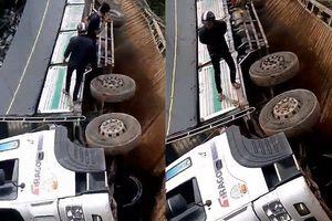 Clip: Sập cầu ở Lâm Đồng, xe tải hàng chục tấn rơi xuống sông