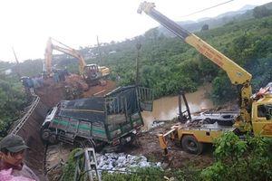 Hiện trường vụ sập cầu tại Đam Rông, xe 18 tấn 'cưỡi' lên cầu tải trọng 5 tấn
