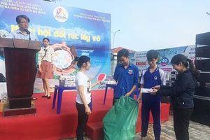 Đà Nẵng vui trong Ngày hội 'Đổi rác lấy vở'