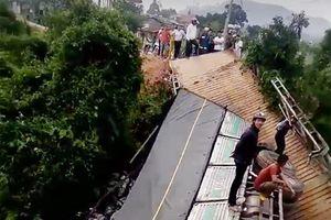 Cầu sập, xe tải chở phân bón rơi xuống sông Đa K'Năng