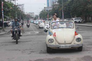 Dàn xe Volkswagen và Vespa cổ diễu hành khắp đường phố Cố đô