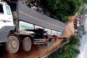 Cầu sập, ô tô rơi xuống sông do chở quá tải cố tình đi qua
